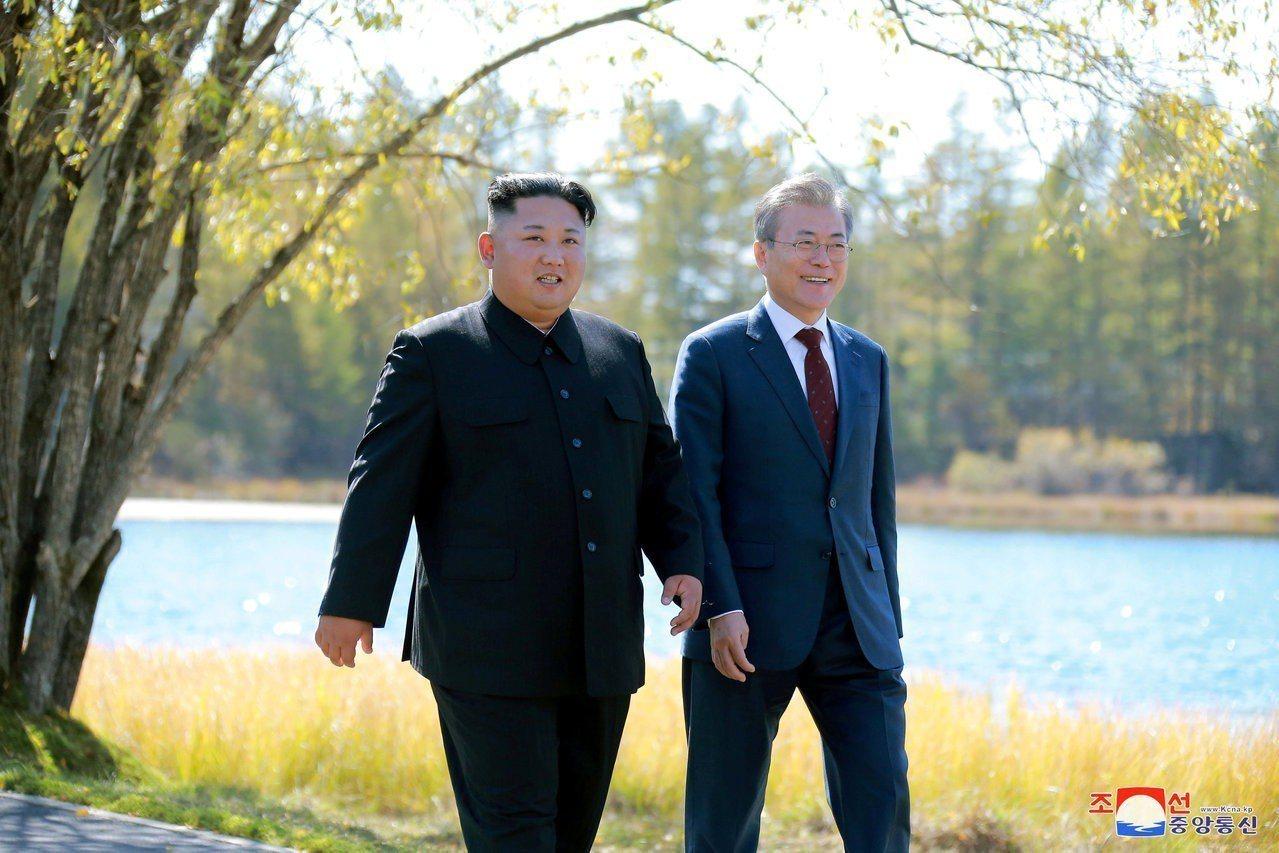 東亞環境與三年前大不相同,比如北韓帶來的武器威脅已稍緩。圖為金正恩(左)與文在寅...