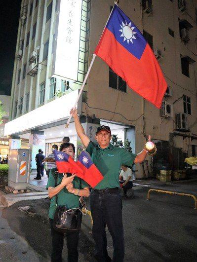 珍惜選票,讓中華民國再次偉大,圖為民眾揮舞國旗。 記者張媛榆/攝影