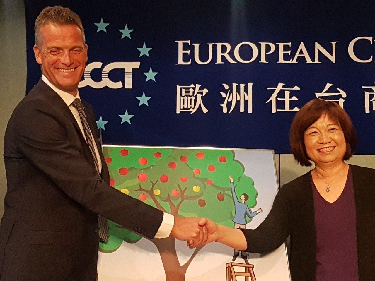 歐洲商會發表2019年政策建議書,並遞交國發會主委陳美伶。 記者孫中英/攝影