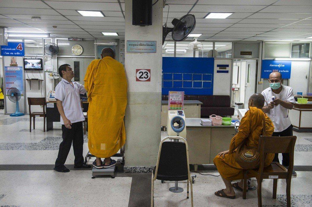 泰國政府致力改善僧侶肥胖問題,圖為曼谷一間公立醫院提供僧侶健康檢查。 (法新社)