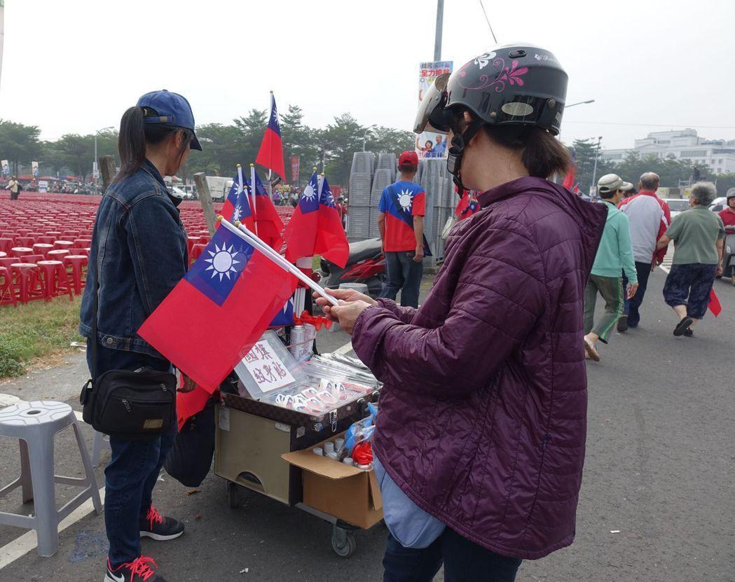 11月17日,韓國瑜造勢場不發送小國旗,民眾決定自購。 圖/聯合報系資料照片