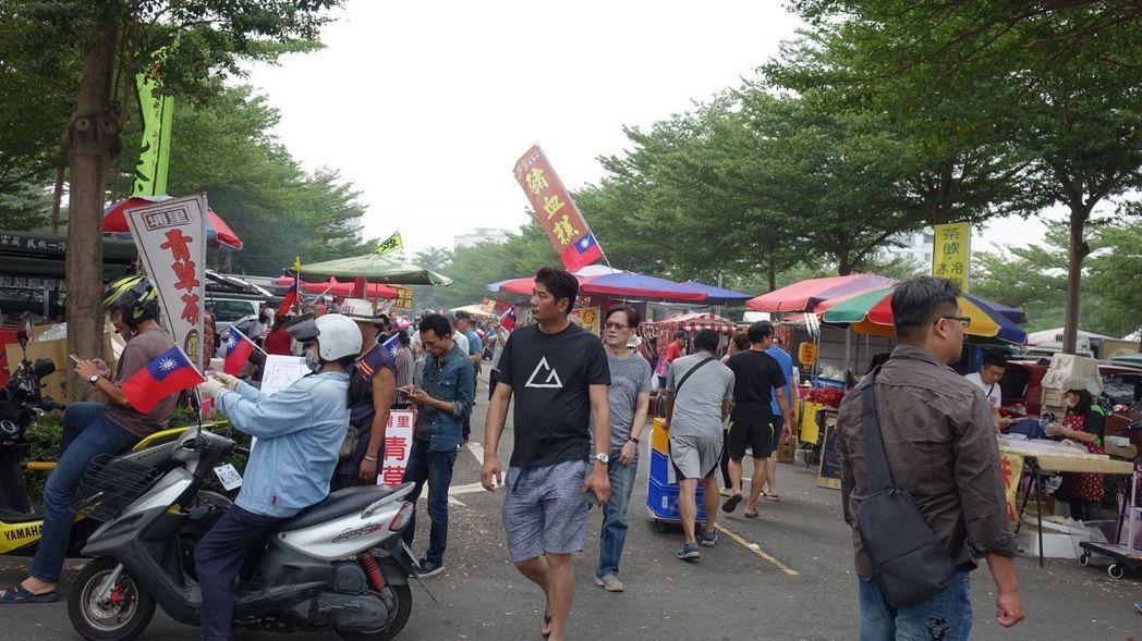 11月17日,韓國瑜造勢場人潮多,鳳山場旁的公共停車場變成小市集。 圖/聯合報系...