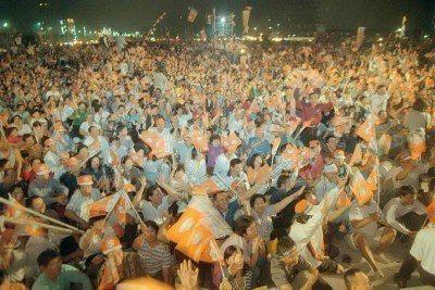 1997年11月28日,縣市長選前最後一夜,民進黨在板橋舉行「選前之夜」晚會,吸...