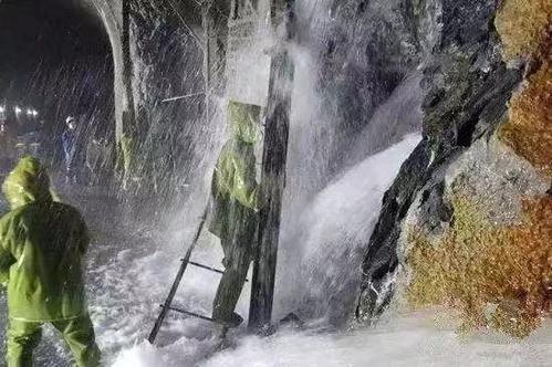川藏鐵路部分路段隧道湧噴水柱,讓工程人員作業困難。 (澎湃新聞)