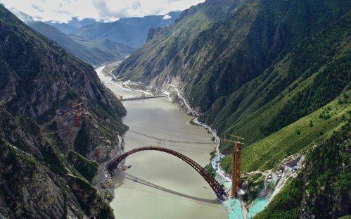 川藏鐵路中的一段。 (新華社)