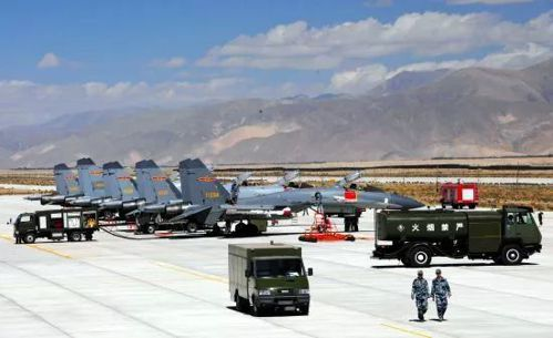 在青藏鐵路強大運輸能力的支援下,中共空軍得以進駐西藏腹地。 (澎湃新聞)