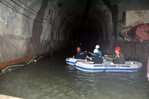 川藏鐵路部分路段的隧道大量湧水可以行船。 (澎湃新聞)