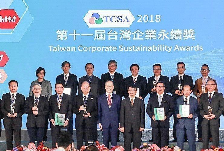 台肥董事長康信鴻(前排左二)與金管會副主委張傳章(前排左六),台灣永續能源研究基...