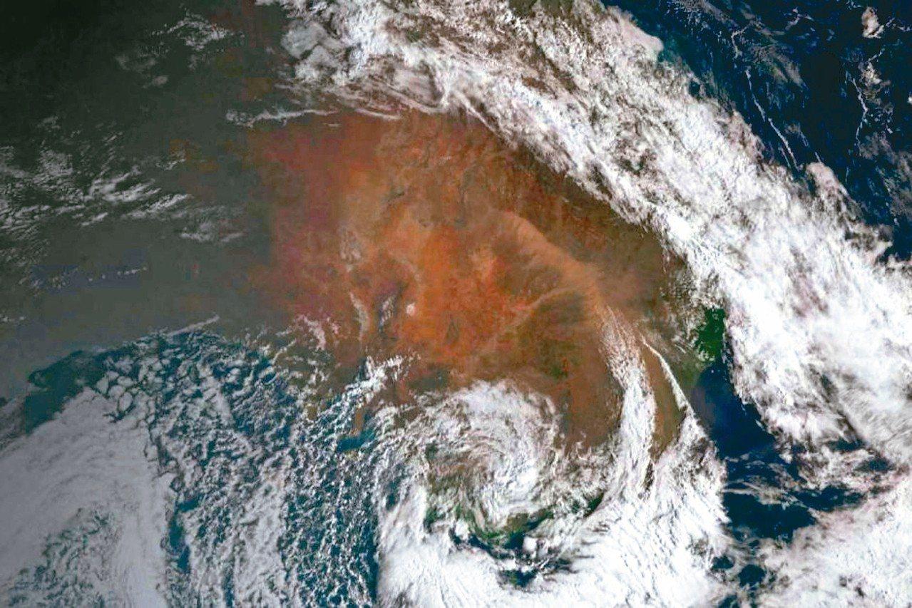 衛星雲圖可看出,新南威爾斯省上方有大面積沙塵。 圖/取自澳洲氣象局