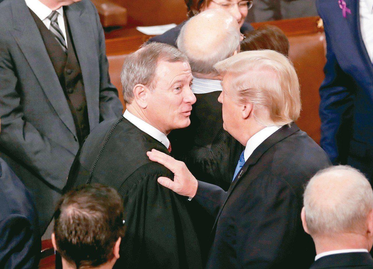 美國總統川普(右)質疑聯邦法官對他移民政策的判決不公,聯邦最高法院首席大法官羅伯...