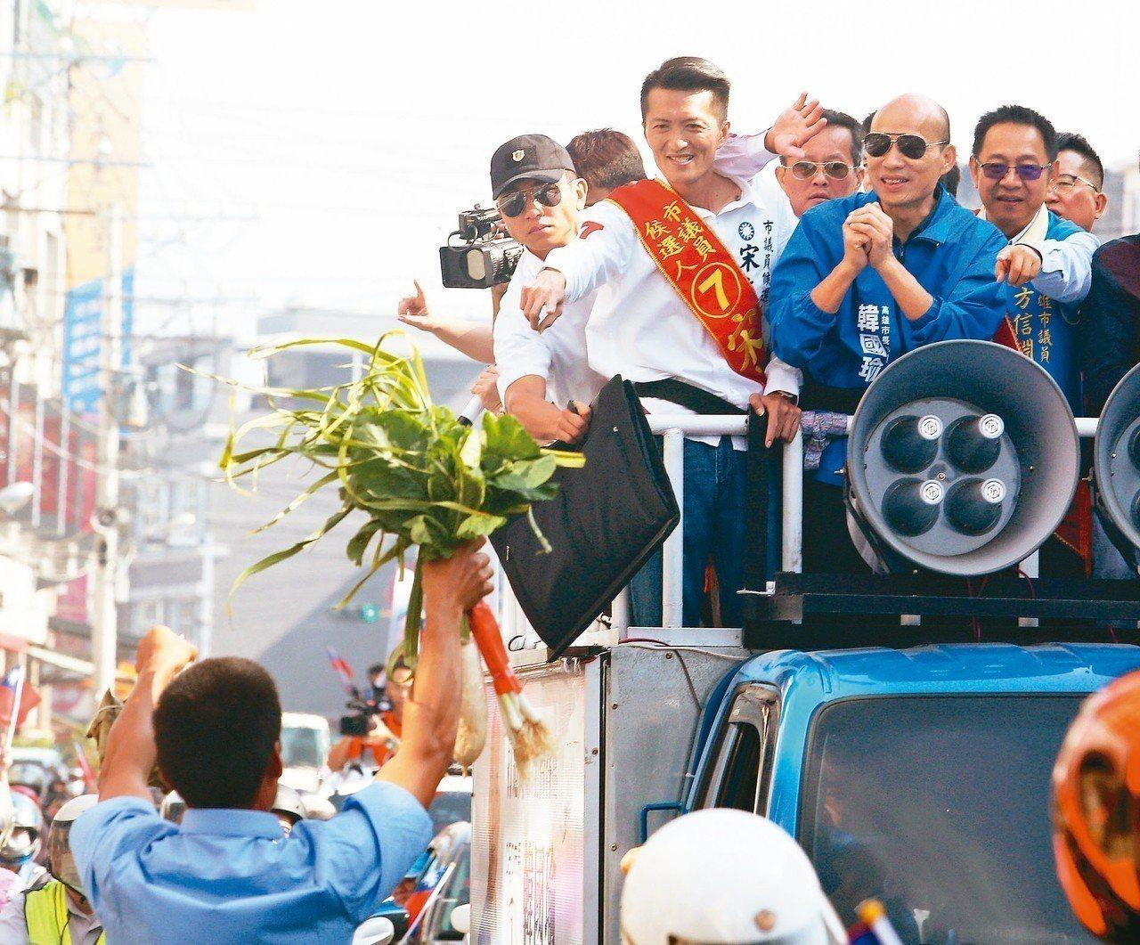 國民黨高雄市長候選人韓國瑜上午在橋頭區掃街拉票,有民眾送上好彩頭。 記者劉學聖/...
