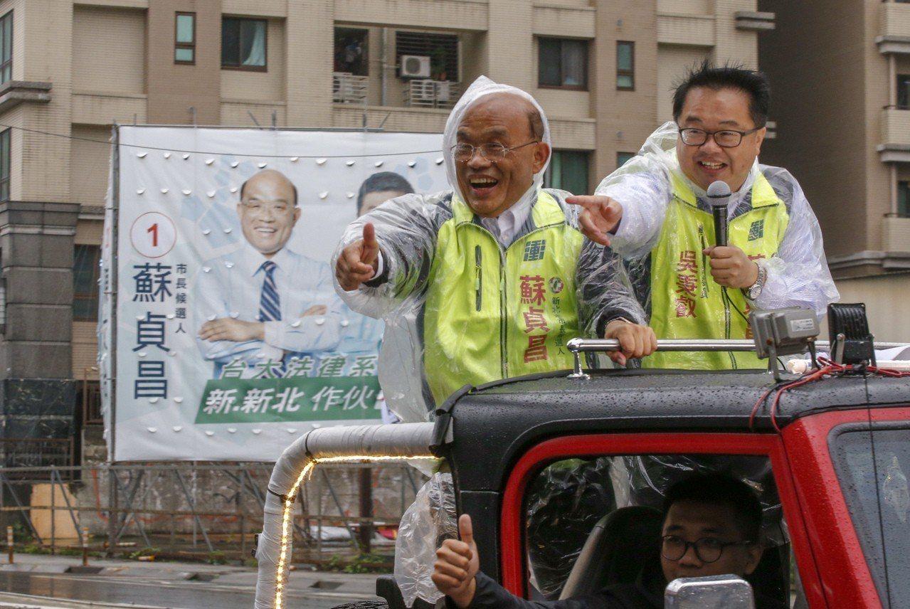 民進黨新北市長候選人蘇貞昌(左)上午以車隊在新莊區掃街拜票,沿途受到不少支持者的...