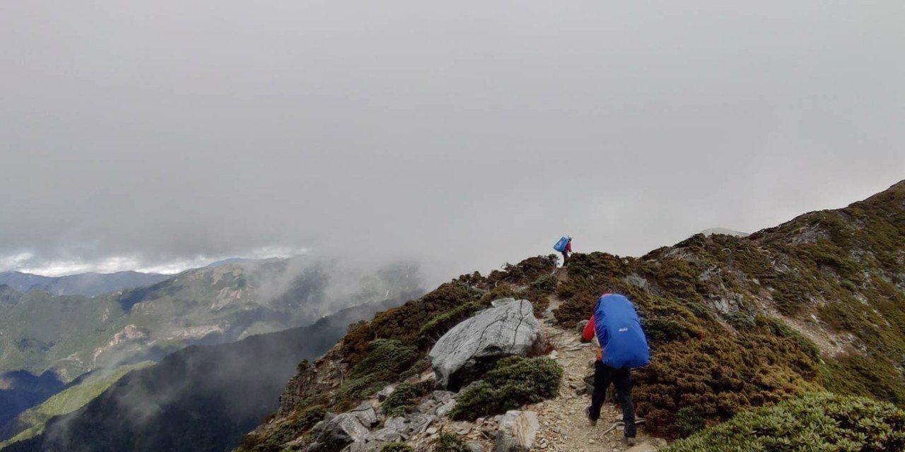 一支分別來自台北和高雄的登山隊伍12人,攀登雪霸國家公園聖稜線,行經一處懸崖時,...