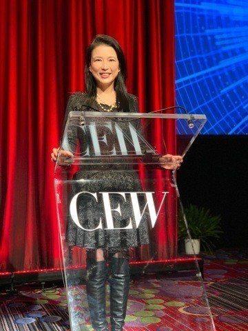 玩美移動總經理張華禎於全球美妝盛會(CEW)消費者年會中分享「美妝3.0」全新概...