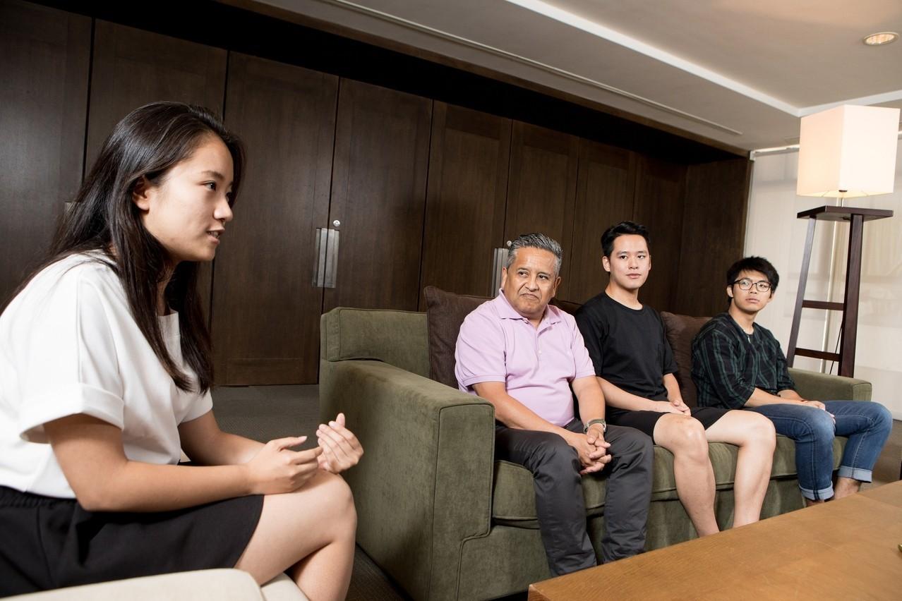實踐大學特別安排修課同學莊子儀(右二)擔任Aroca教授的TA,協助課程進行。