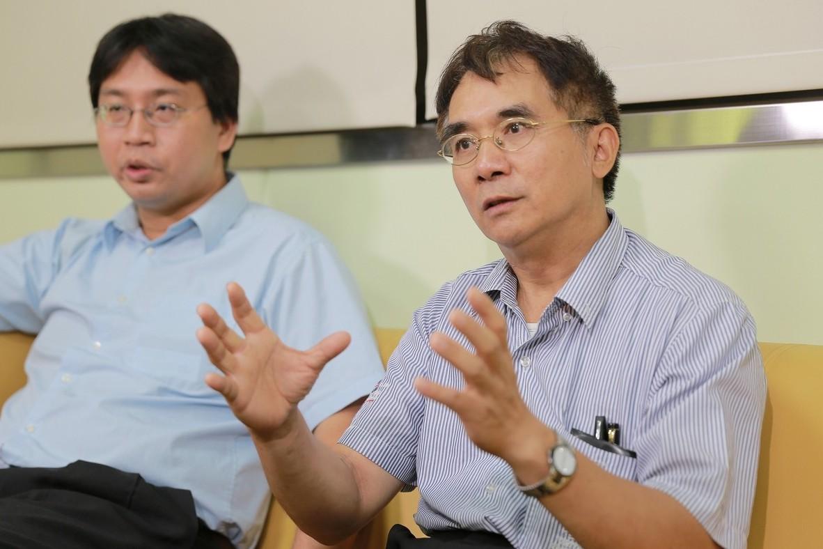 北科大機械系許東亞教授(右)。
