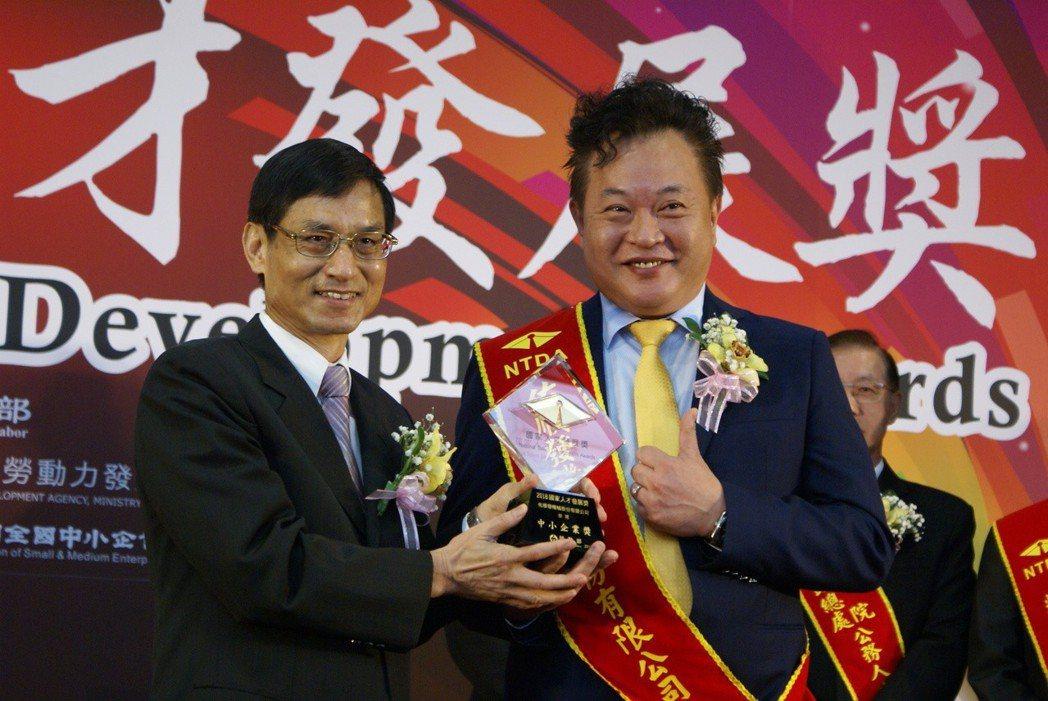 佑順發機械獲2018國家人才發展獎,由該公司董事長呂俊麟(右)代表,接受行政政務...