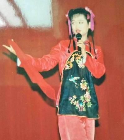 秋山曾裝扮成女裝在榮民之家表演。當時,還有伯伯在表演後驚訝問他:「妳怎麼有喉結?...