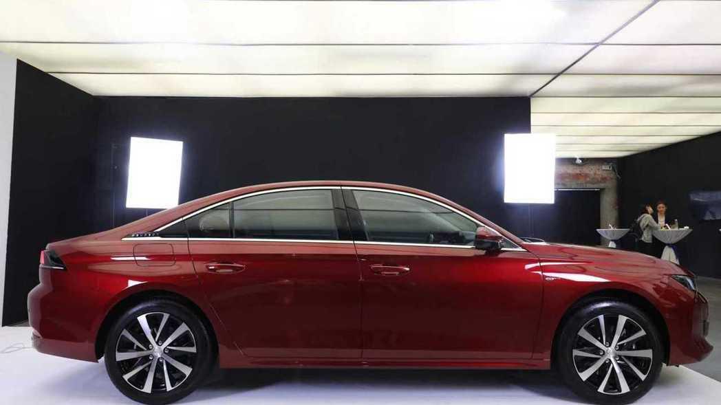 Peugeot 508L軸距加長55mm來到2848mm,車長也增加100mm達...