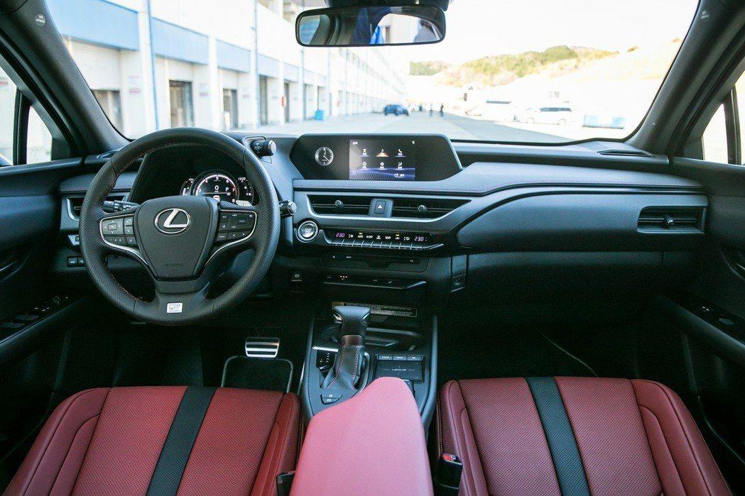 UX200 F SPORT版內裝更加運動化。 圖/和泰汽車提供