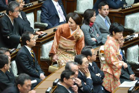 日本國會的開議儀式,男女議員的互動場景。 圖/法新社