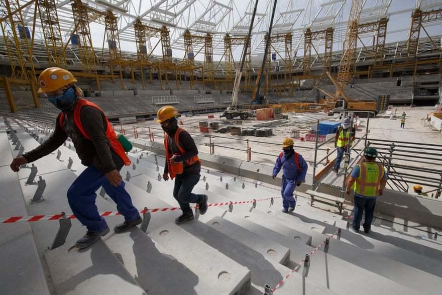 卡達政府為興建2022世足場館,聘請大量工人,近日再被揭露工人日薪僅台幣200元...