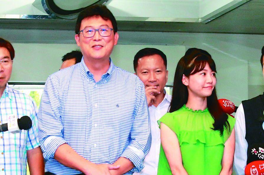 民進黨台北市長參選人姚文智(左)和黨籍市議員高嘉瑜(右)。圖/聯合報系資料照片