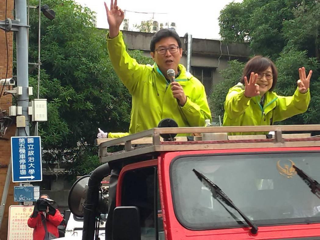 民進黨台北市長候選人姚文智掃街拜票。記者莊琇閔/攝影