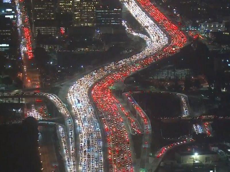感恩節是美國人全家團圓的大日子.各地交通繁忙。 台灣醒報(擷自網路)