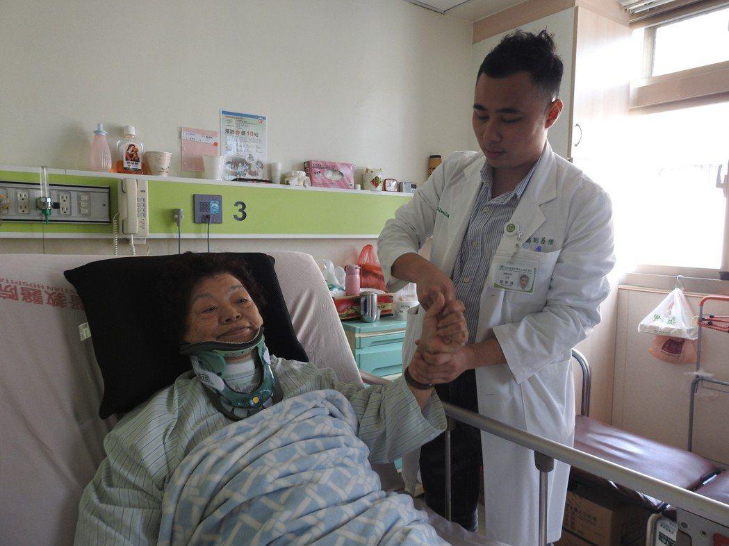 南投縣草屯佑民醫院神經外科主任劉善傑(右)檢測受傷朱婦(左)的握力確認恢復情形。...