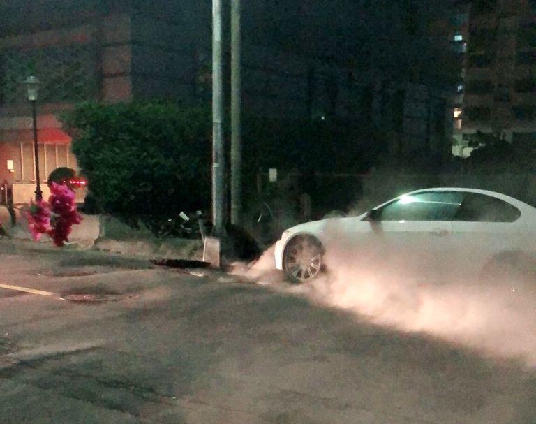 高雄市前金區光復三街人孔蓋冒煙。記者林保光/翻攝