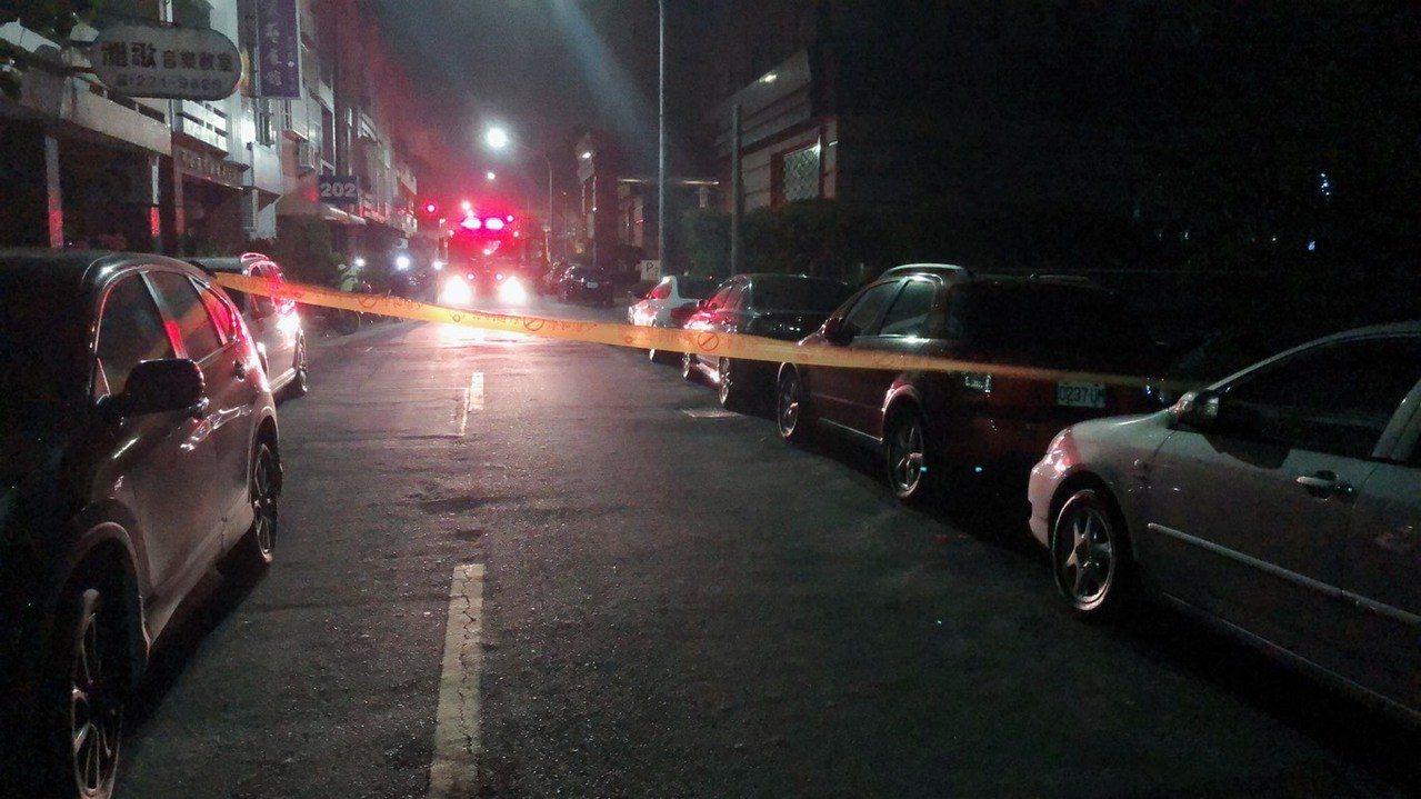 高雄市前金區光復三街人孔蓋冒煙,警方圍封鎖線。記者林保光/翻攝