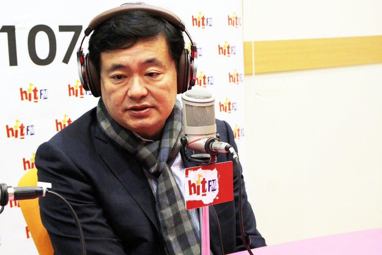 民進黨秘書長洪耀福今天接受廣播專訪談縣市長選情。圖/Hit Fm《蔻蔻早餐》製作...