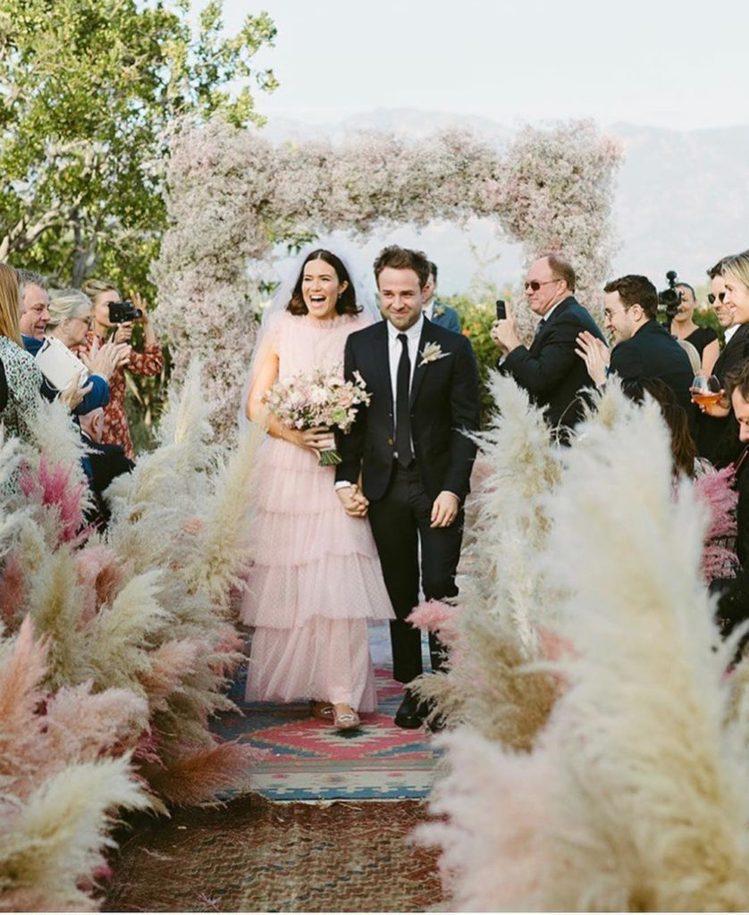 美國女星曼蒂摩兒日前身穿一襲粉紅色婚紗嫁給歌手泰勒戈德史密斯。圖/摘自IG