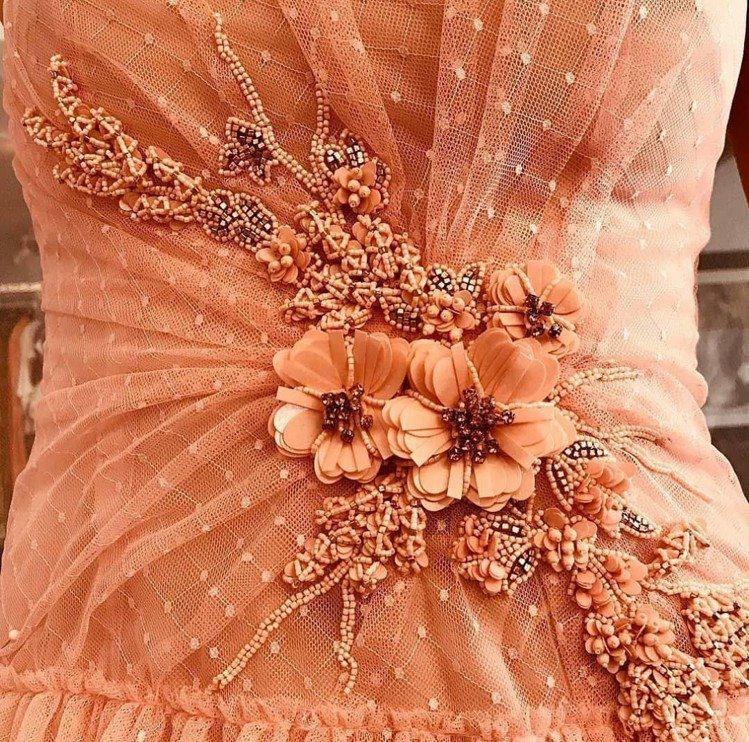 蕾絲圓點薄紗的材質輕盈優雅,肩帶與領口的荷葉邊細節與層層堆疊的蛋糕裙襬,腰間還有...