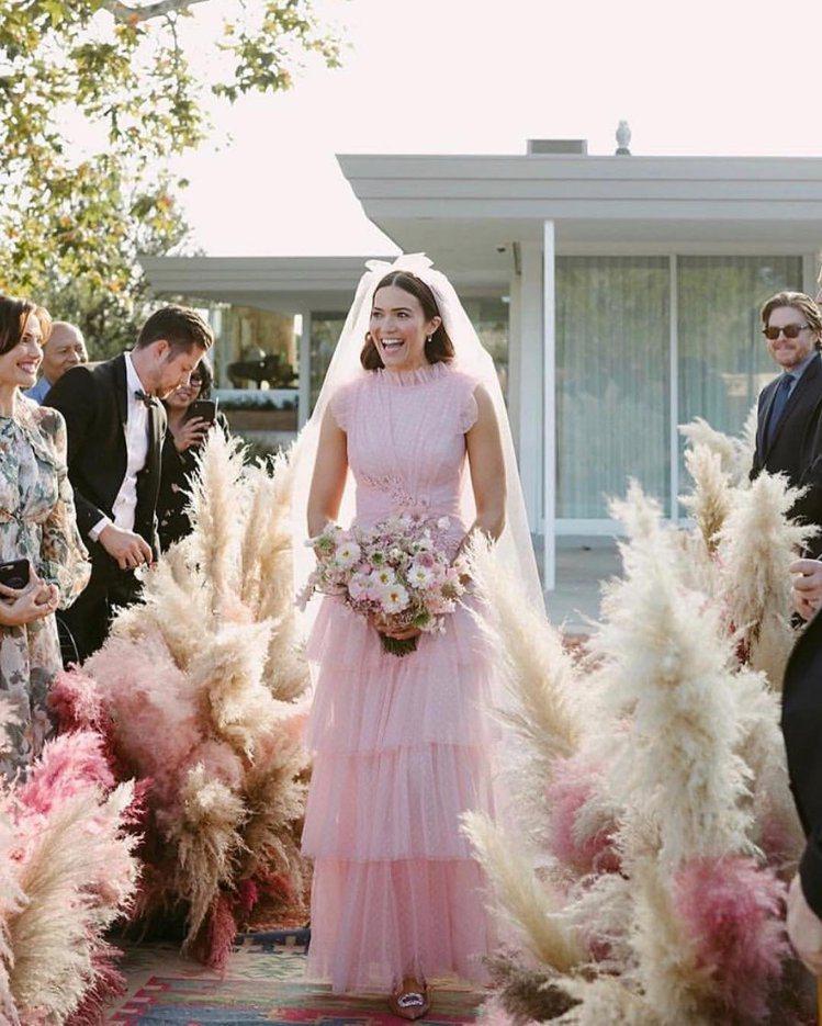 曼蒂摩兒的婚紗出自時尚品牌Rodarte,是品牌創意監Laura與Kate Mu...