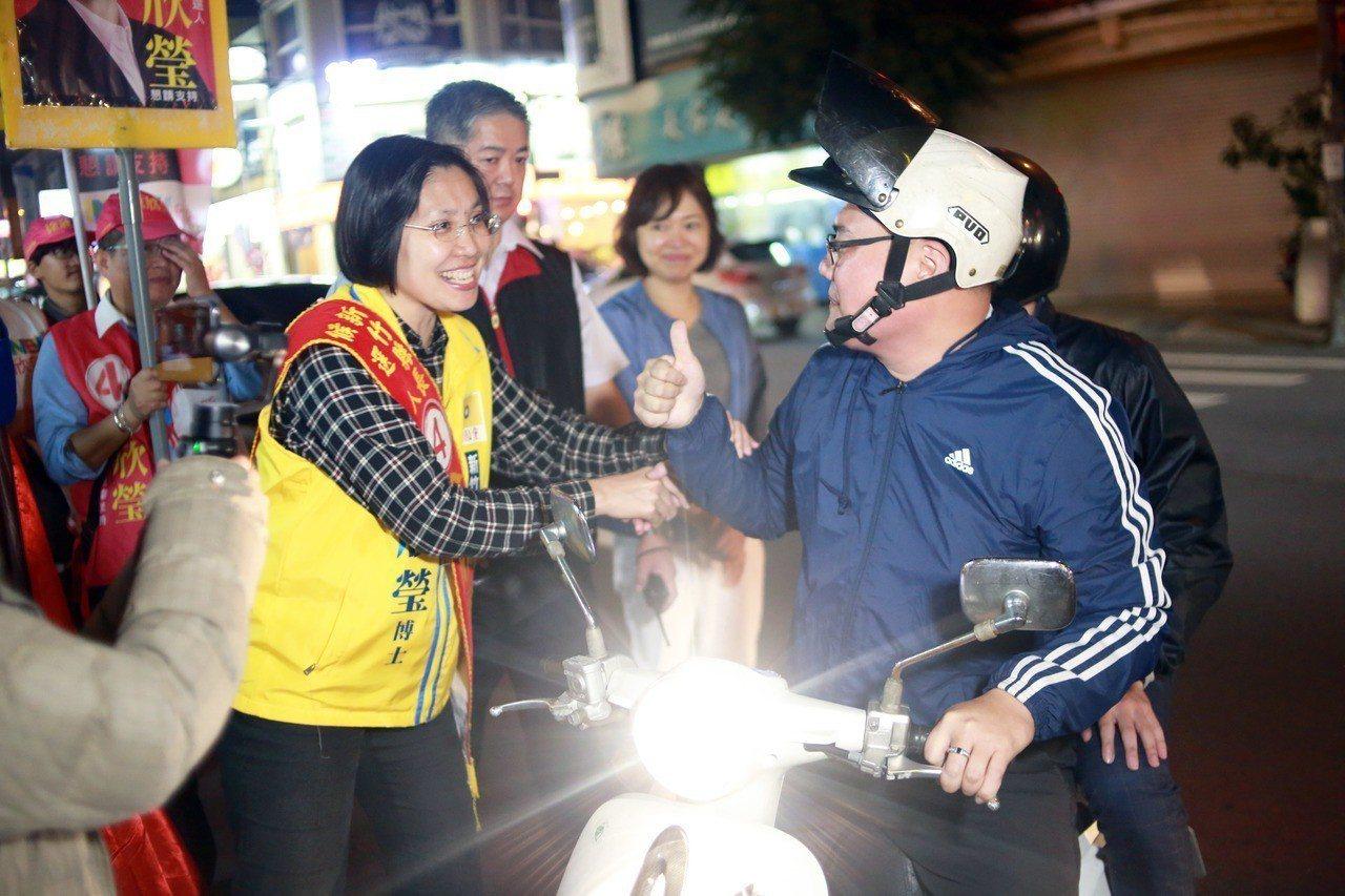 徐欣瑩徒步掃街拜票,爭取選民支持。圖/徐欣瑩團隊提供