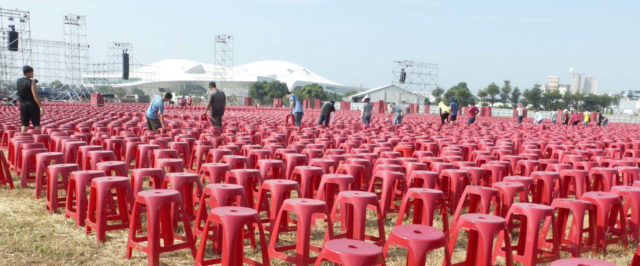 民進黨高雄市長候選人陳其邁的選前之夜要號召20萬人相挺,今天場地擺滿紅色塑膠椅。...