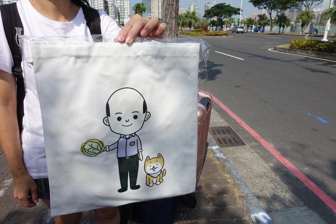 平常在台北賣演唱會周邊的蔡小姐,也跟朋友搭車南下,今天來場勘,要賣有韓總賣菜郎的...