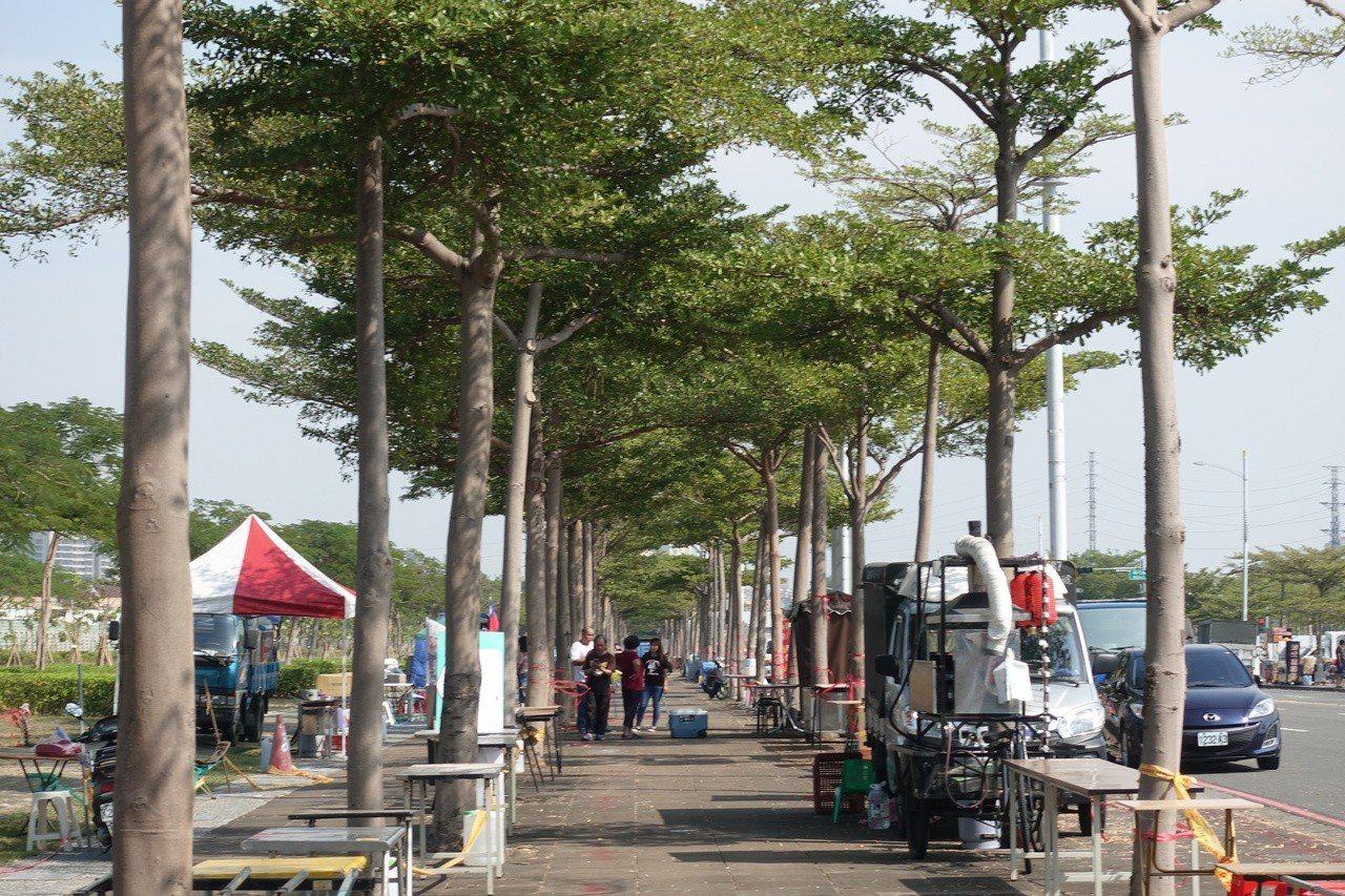 時代大道兩側已經有攤商占位。記者劉星君/攝影