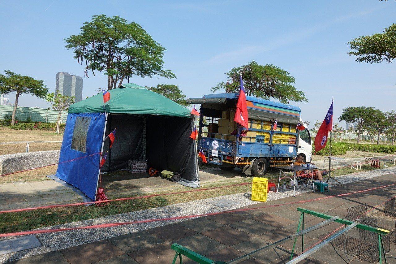 攤商在現場搭起帳篷,帳篷兩側還插著國旗,國旗上貼著「韓」。記者劉星君/攝影