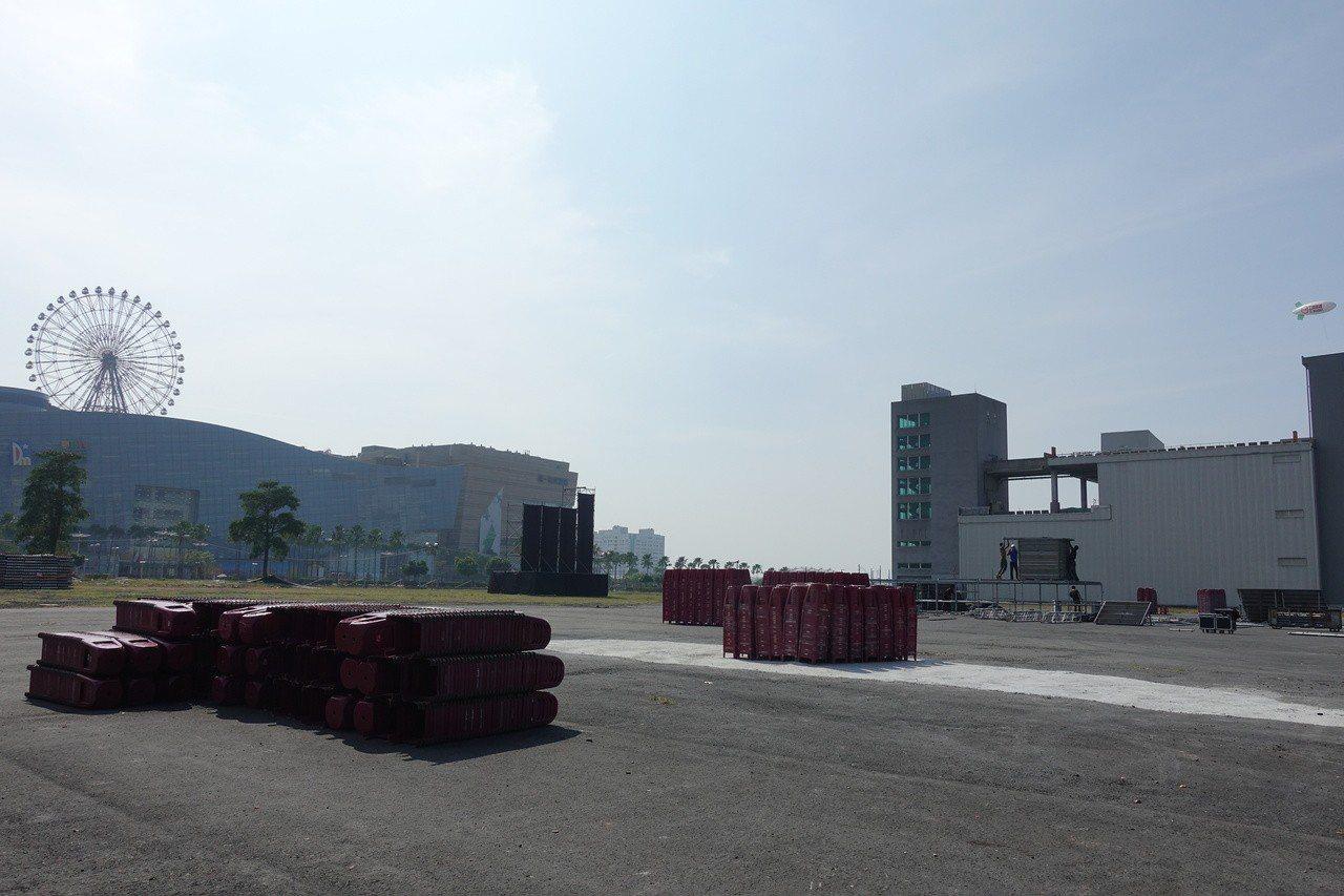 韓國瑜選前之夜的場地,在夢時代旁的台糖物流園區,可以看到摩天輪,上午椅子還沒有擺...