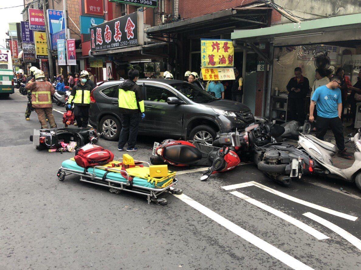 警消到場將受傷的39歲林姓騎士送往台北醫院救治。記者巫鴻瑋/攝