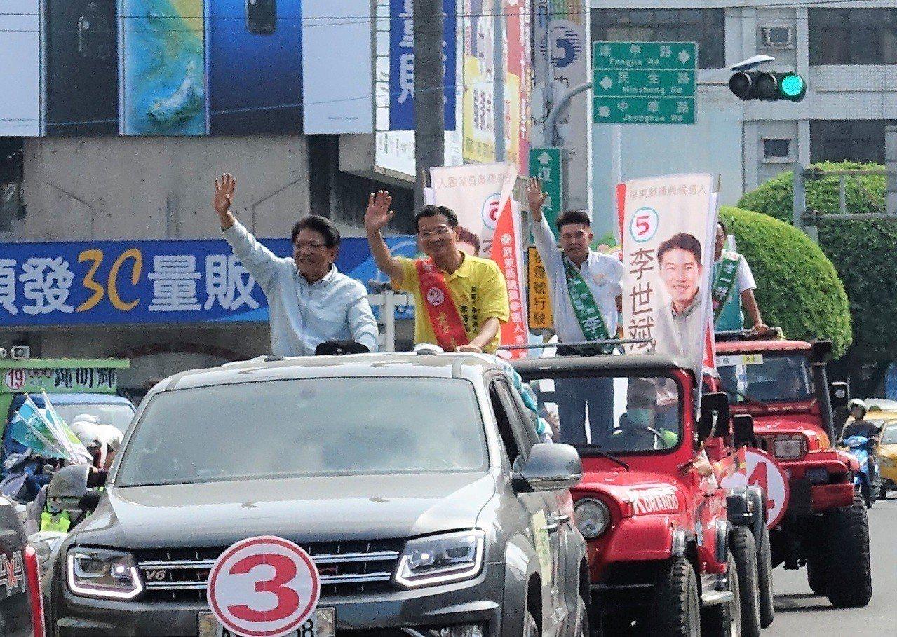爭取連任的屏東縣長潘孟安今天陪同同黨市長候選人李清聖等人展開市區車隊遊行。記者翁...