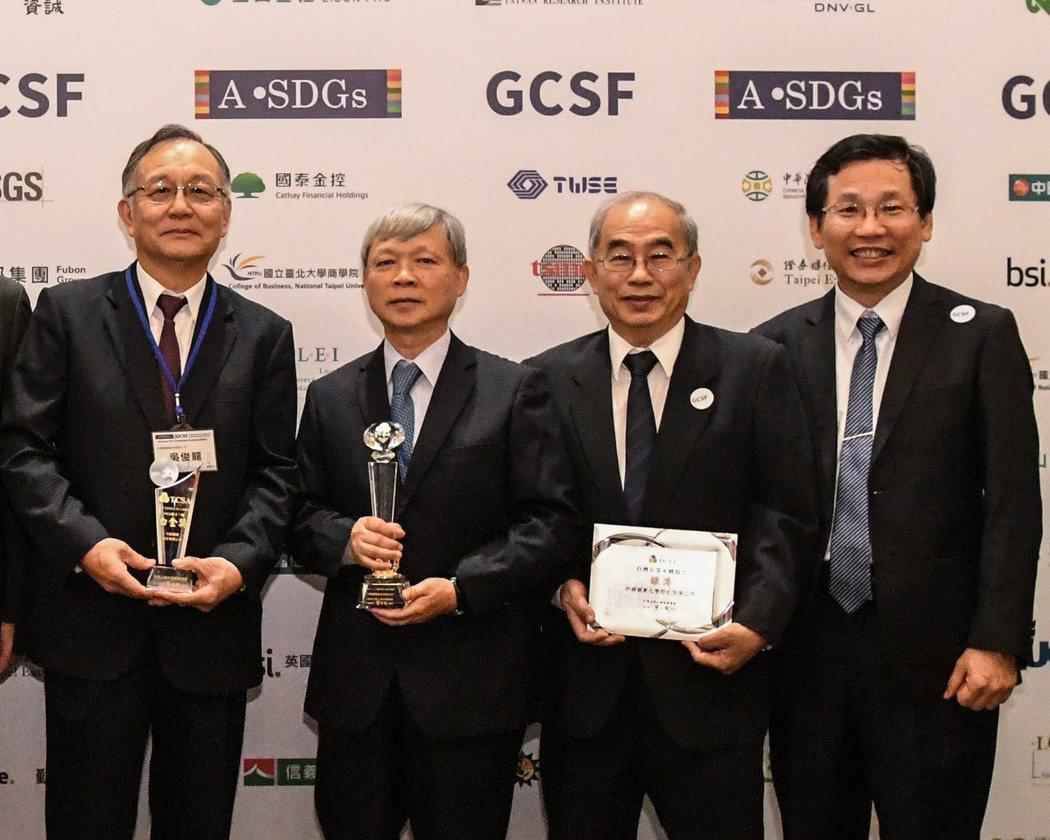 中鋼公司林弘男總經理(左2)、中聯資源公司常致泰董事長(右1)、中鋼運通公司吳俊...