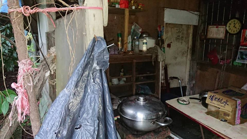 桃園市一名游姓獨居老人疑遭家人拋棄,獨自居住在木造廢棄工寮,三餐依靠人接濟過活。...