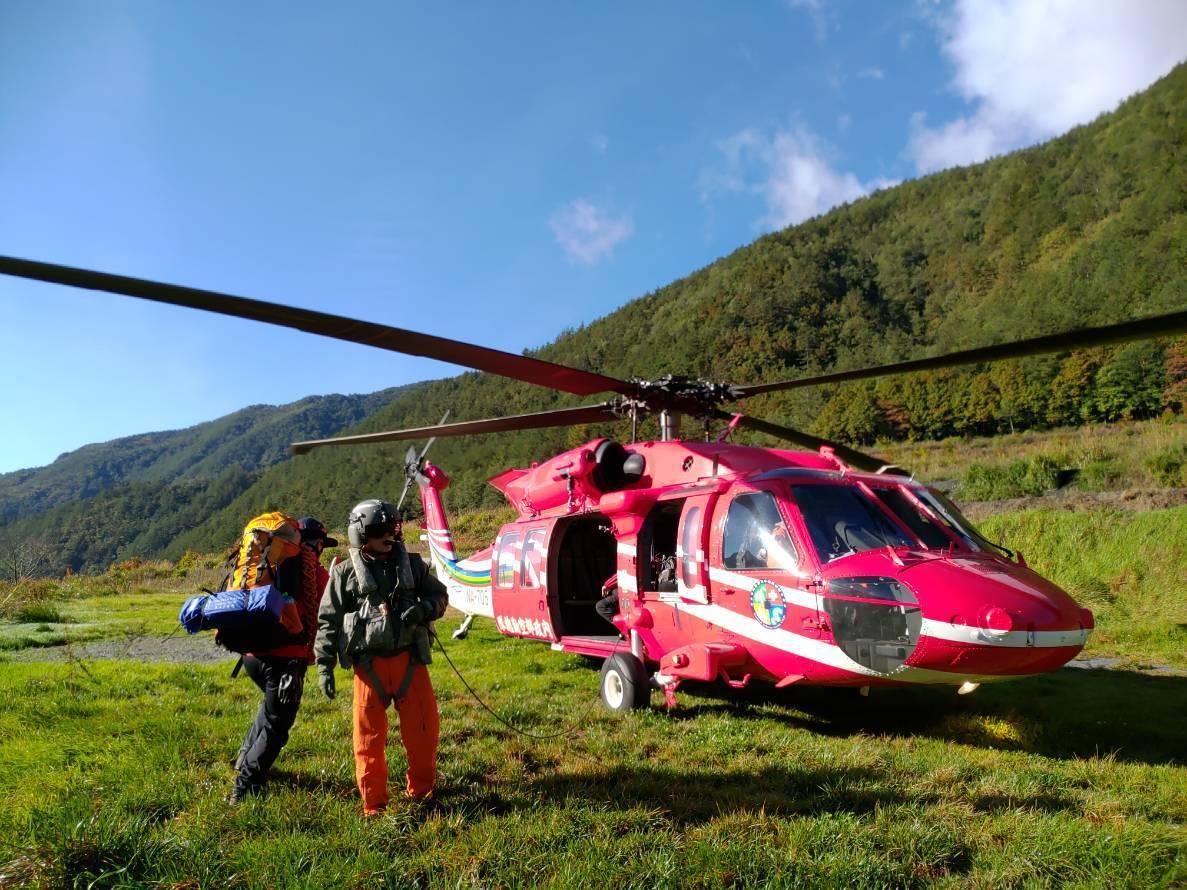 空勤直升機昨天下午抵達山難地點,將陳姓山友遺體載運下山。圖/苗栗縣消防局提供