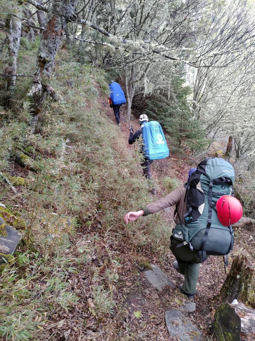 搜救人員趕往聖稜線素密達斷崖進行救援行動。圖/苗栗縣消防局提供