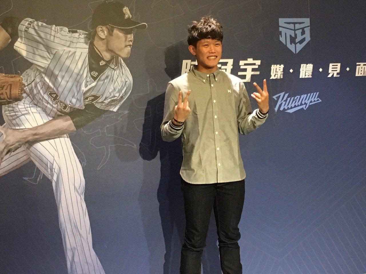 旅日投手陳冠宇在記者會上分享本季心得。記者葉姵妤/攝影
