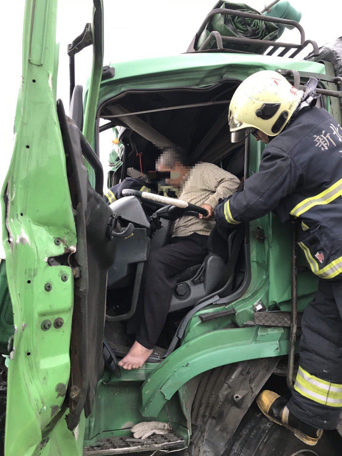 西濱快速道路4車追撞,聯結車駕駛被卡車內,右腳變形骨折。記者巫鴻瑋/翻攝